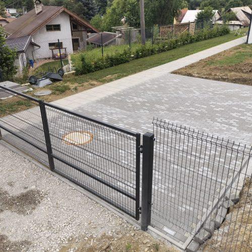 kladenie dlažby a stavba plotu